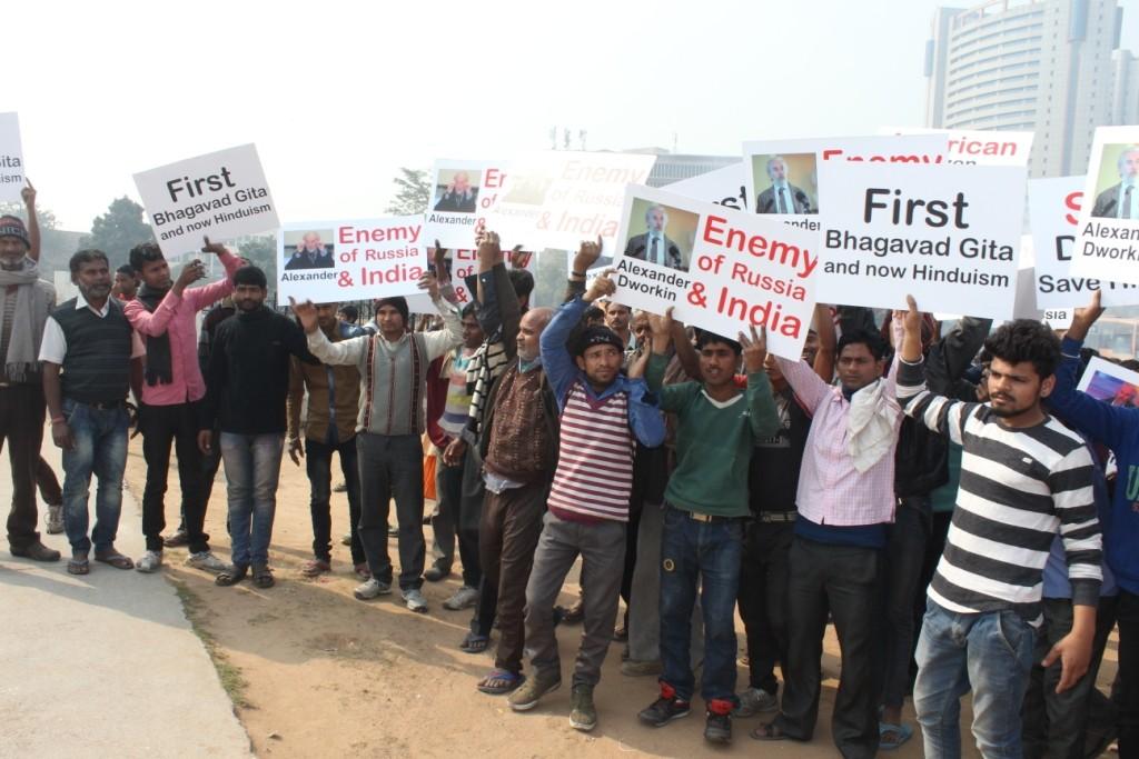 Участники демонстрации в Дели сожгли чучело Дворкина – православного богослова