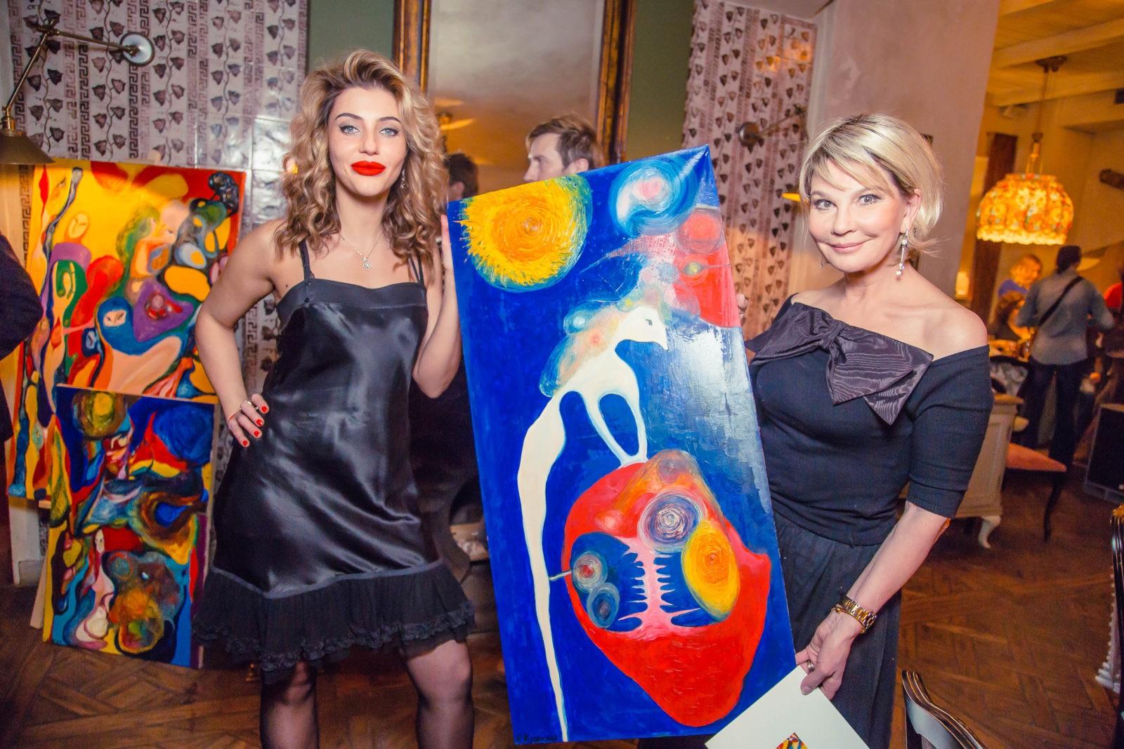 Художница Ксения Кутянская вручила свою картину Татьяне Веденеевой