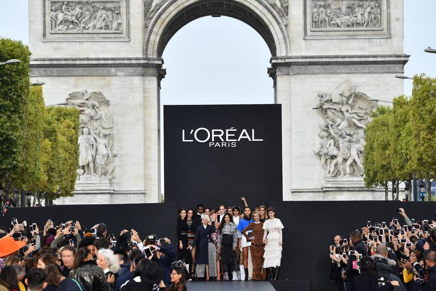 Подиумный показ мод и косметики на Елисейских полях провела L'Oréal Paris