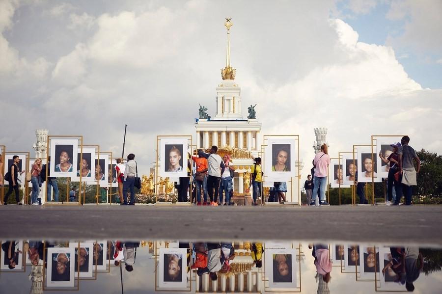 На ВДНХ благотворительную выставку «NO COLORISM» организовала BeautyCam