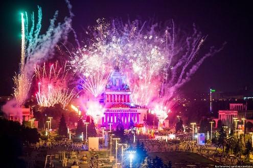 Во время празднования Нового года небо над ВДНХ озарится праздничным фейерверком