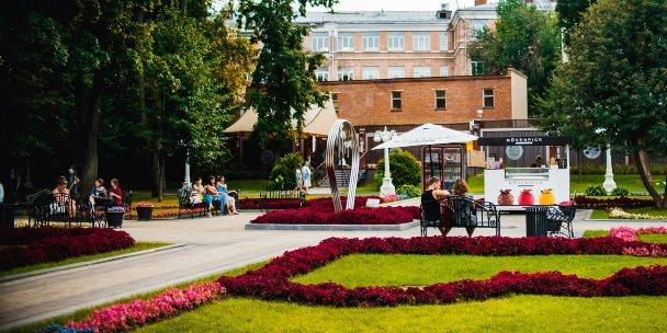 В парках Москвы начали размещать плакаты с QR-кодами маршрутов портала «Узнай Москву»