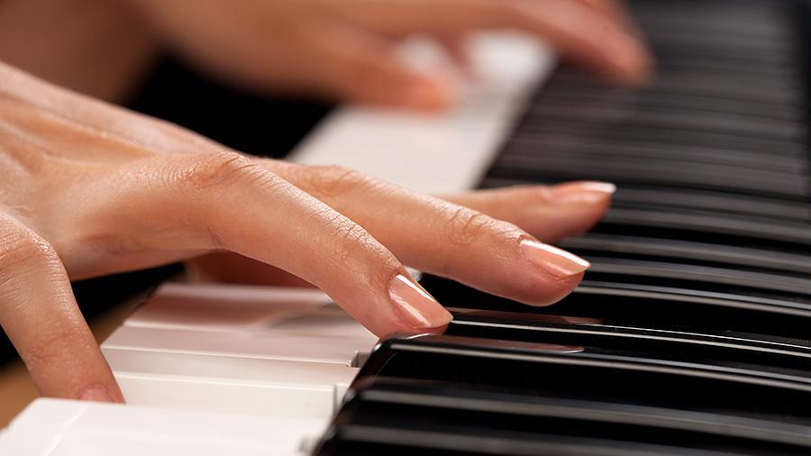 Талантливая пианистка Хакасии развивает свой талант с помощью АО «СУЭК»