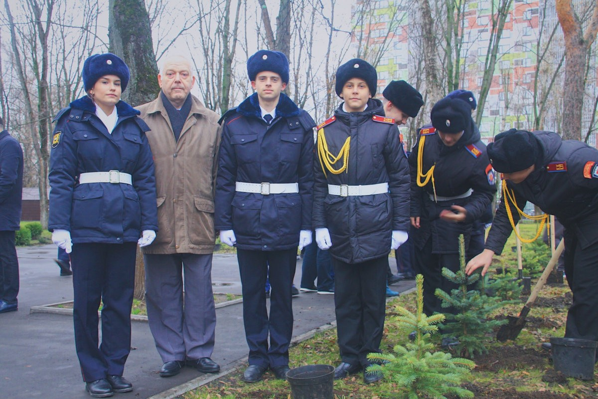Экологи, МОО «ПОИСКОВИКИ» Владимира Палихаты и студенты колледжа полиции вместе занялись посадкой деревьев
