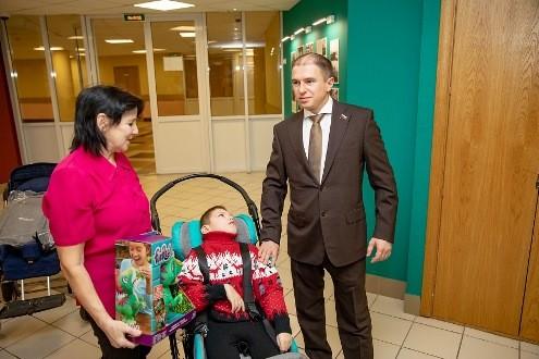 Универсальное мобильное кресло передал ребенку-инвалиду Михаил Романов