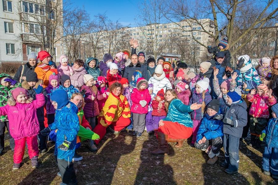 Жителей Фрунзенского района Петербурга с Масленицей поздравил Михаил Романов
