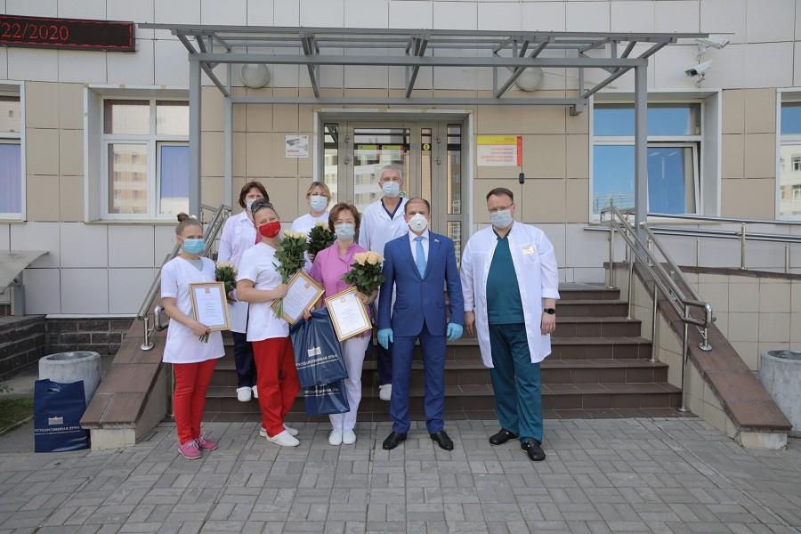 Михаил Романов вручил благодарности медицинским работникам клинической инфекционной больницы имени С.П. Боткина