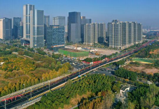 Полумарафон Иу-2020 демонстрирует образ города как «зоны свободной торговли»