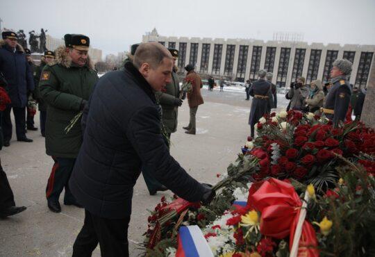 Михаил Романов возложил цветы к мемориалу на площади Победы