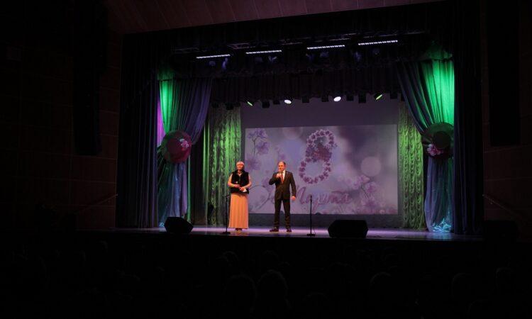 Михаил Романов поздравил жительниц поселка Металлострой с Международным женским днем