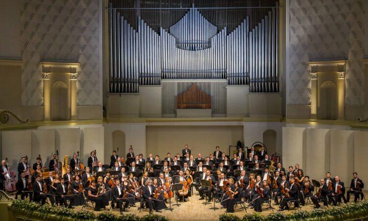 «Русские сезоны» и Зал Зарядье транслируют выступление скрипача Сергея Крылова и гала-концерт Госкапеллы РФ