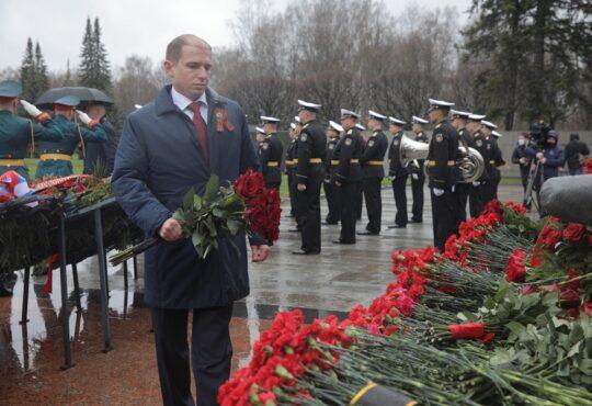 Михаил Романов возложил венок от Государственной Думы к монументу «Мать-Родина» на Пискаревском кладбище