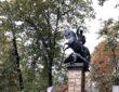 Памятник Юрию Лужкову на его могиле напоминает о годах его служения Москве