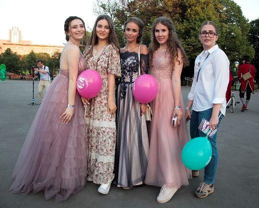 В столичном Парке Горького тысячам школьников устроили уникальный выпускной